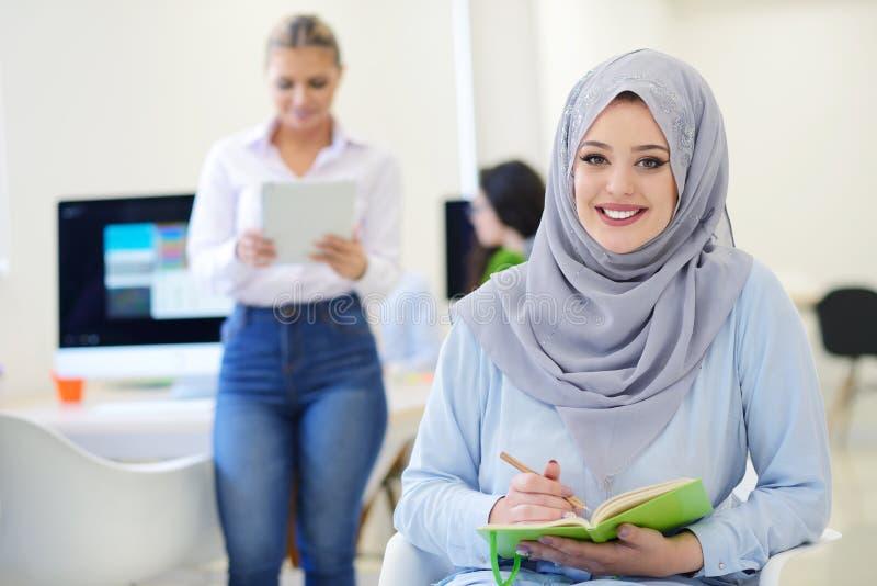 Arabski bizneswoman w początkowym biurze z drużynowym działaniem w tle, zdjęcia stock