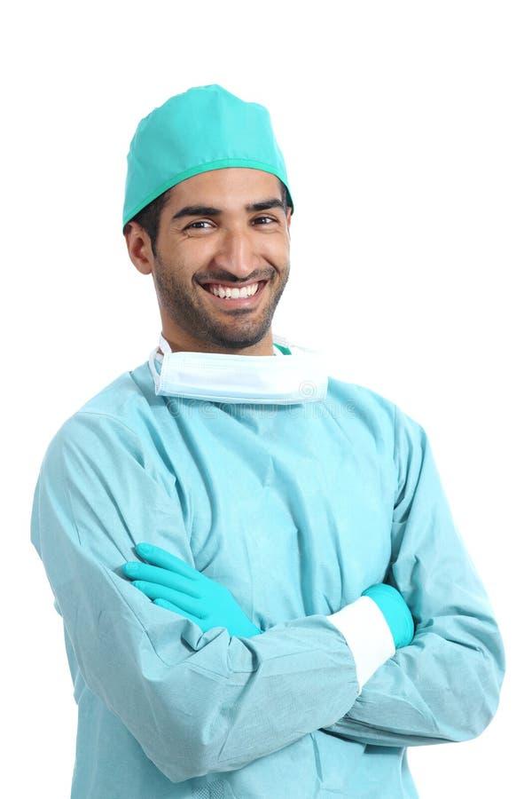 Arabski chirurg lekarki mężczyzna pozuje stać z fałdowymi rękami obrazy stock