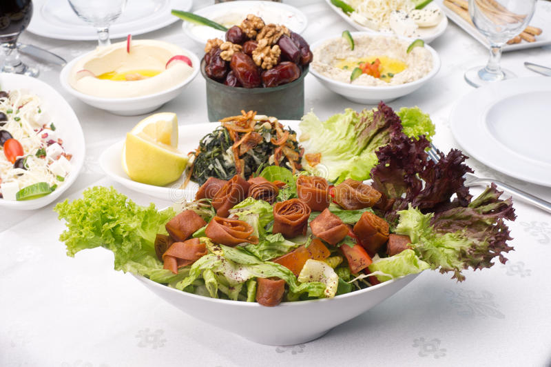 Arabski jedzenie fattoush, hommos serowi i daty obrazy stock