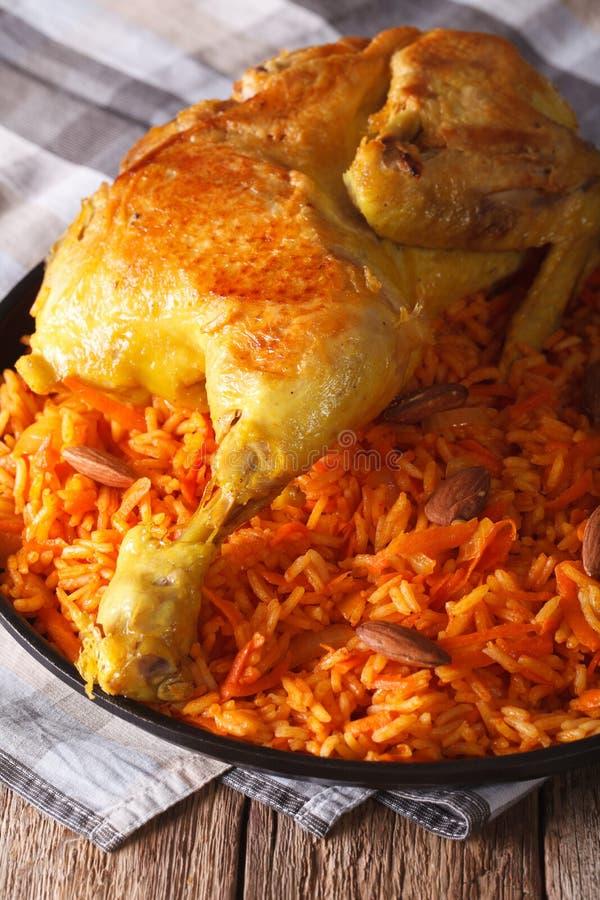 Arabski jedzenie: kabsa z kurczakiem i migdału zakończeniem na talerzu zdjęcie royalty free