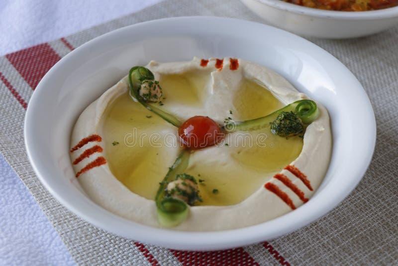 Arabski karmowy hummus w pucharze fotografia stock