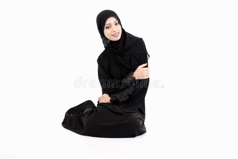 Arabski kobiety obsiadanie na podłoga fotografia royalty free