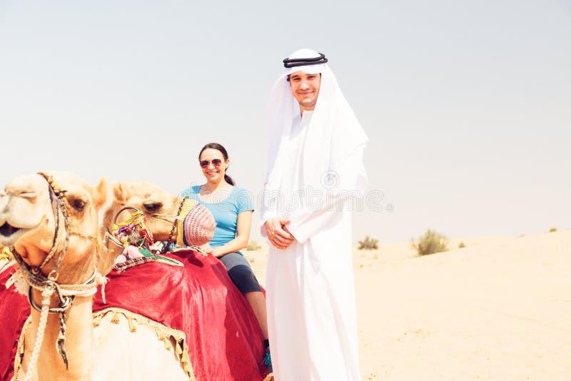 Arabski mężczyzna I turysta Jedzie wielbłąda obrazy stock