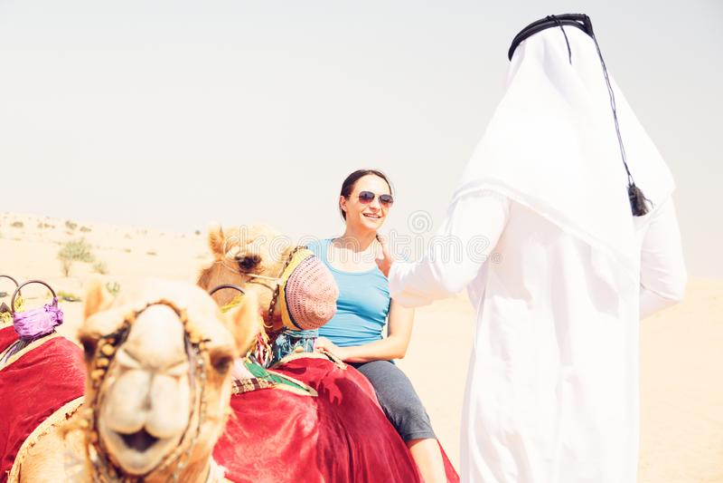 Arabski mężczyzna I turysta Jedzie wielbłąda zdjęcie stock