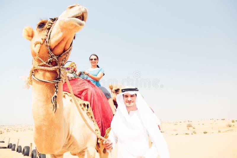 Arabski mężczyzna I turysta Jedzie wielbłąda zdjęcie royalty free