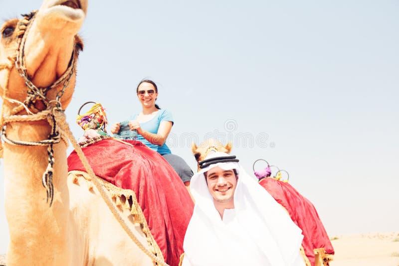 Arabski mężczyzna I turysta Jedzie wielbłąda obraz royalty free