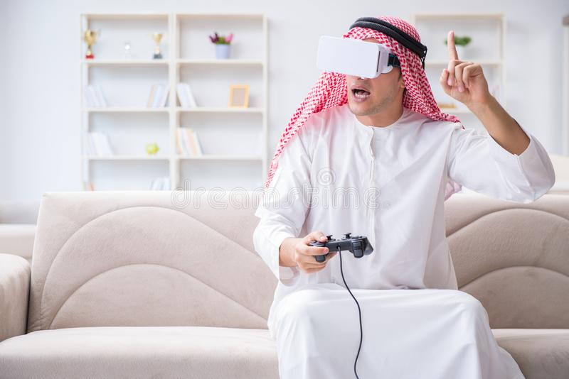 Arabski mężczyzna uzależniający się wideo gry zdjęcie stock