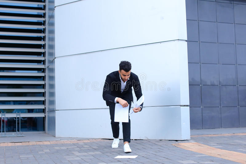 Arabski męski mężczyzna biznesmen zbiera papiery i dokumenty blisko o obrazy stock