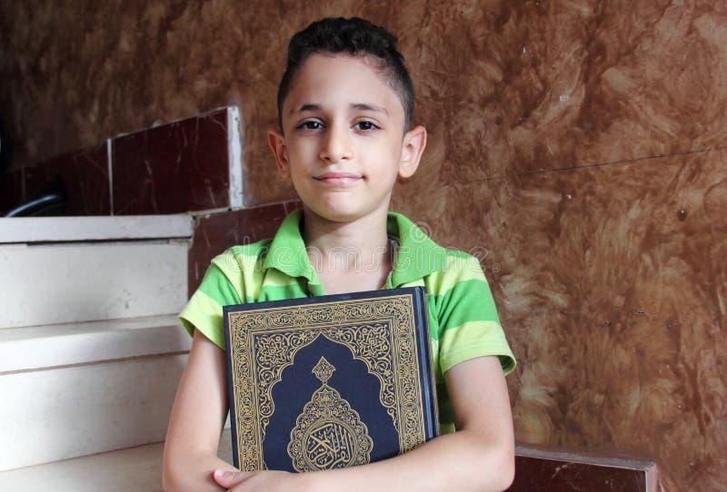 Arabski muzułmański dziecko z koran świętą księgą zdjęcia royalty free