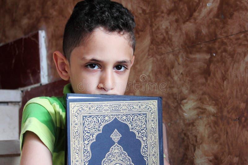 Arabski muzułmański dziecko z koran świętą księgą obraz royalty free