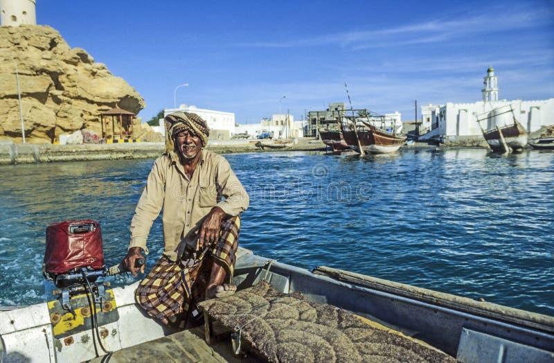 Arabski promu mężczyzna odtransportowywa pasażera w starej tradycyjnej łodzi zdjęcie stock