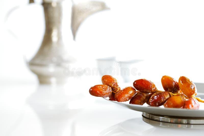 Arabskie daty na talerzu z Arabskim kawowym garnkiem beduin zdjęcie stock