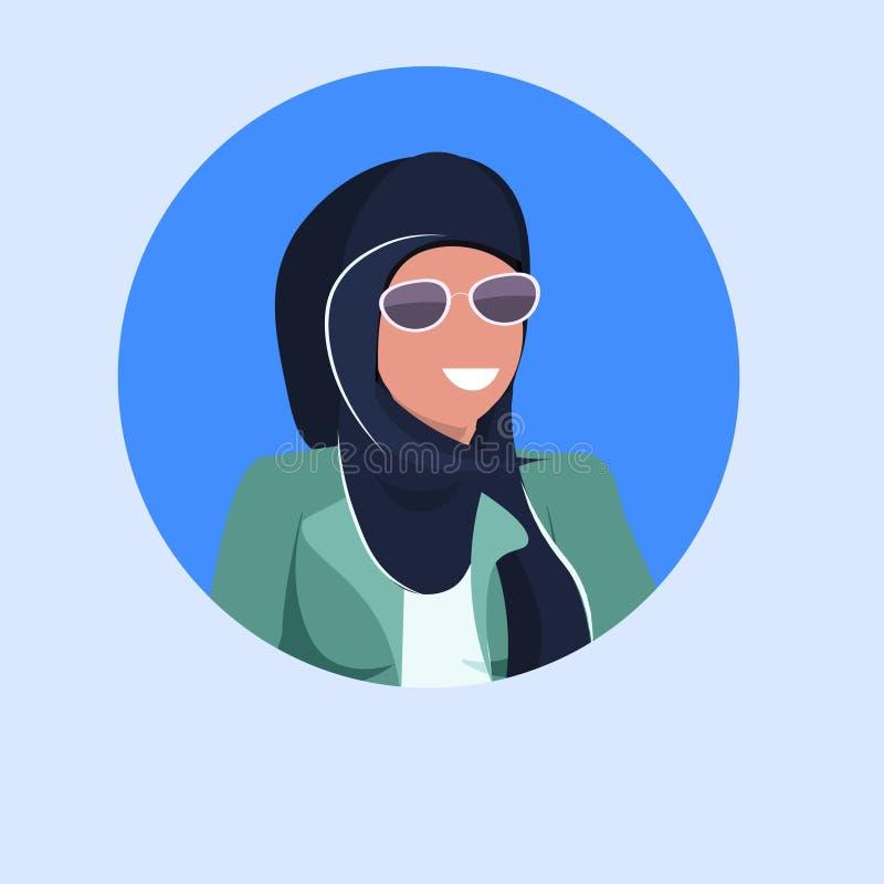 Arabskiego kobiety twarzy avatar szczęśliwa arabska dziewczyna jest ubranym hijab i okularów przeciwsłonecznych postaci z kresków royalty ilustracja