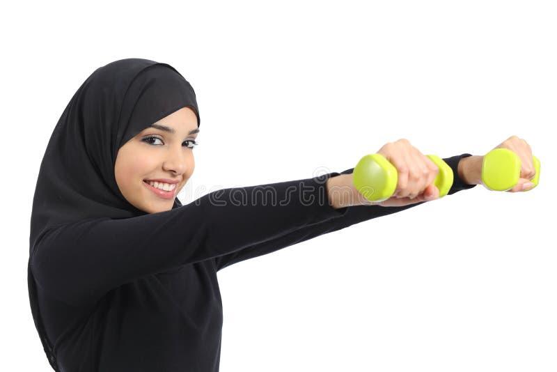 Arabskiej sprawności fizycznej kobiety ćwiczy sport robi ciężarom zdjęcie stock