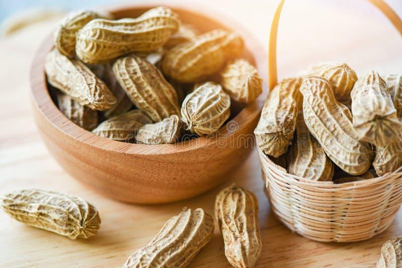 Arachide en vue sup?rieure de cuvette en bois de tasse et de fond en bois/arachides bouillies image libre de droits