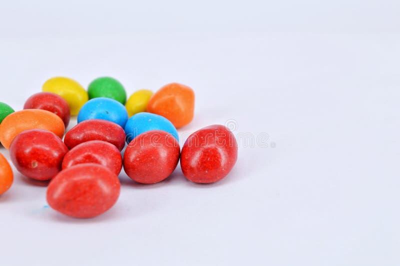 Arachide ricoperta di cioccolato su fondo bianco immagini stock libere da diritti
