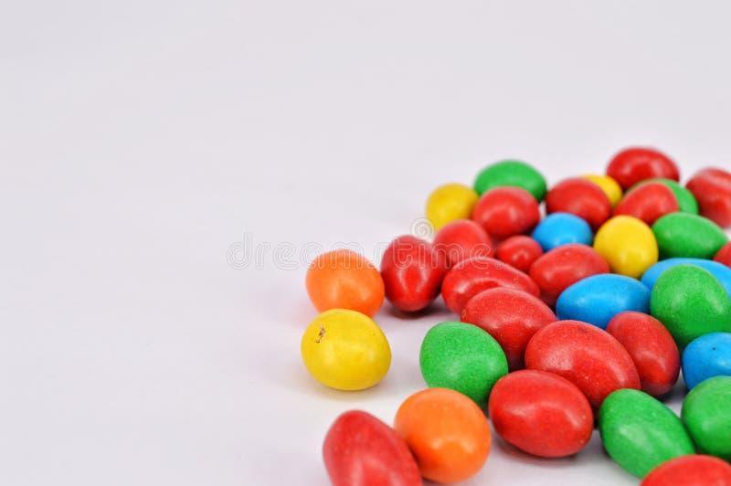 Arachide ricoperta di cioccolato su fondo bianco fotografia stock libera da diritti