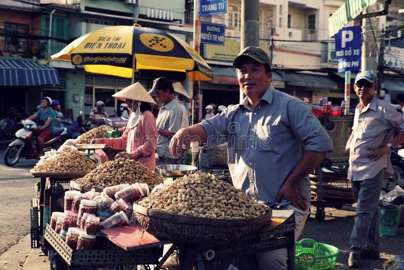 Arachide vietnamienne de vente de marchand ambulant photo stock
