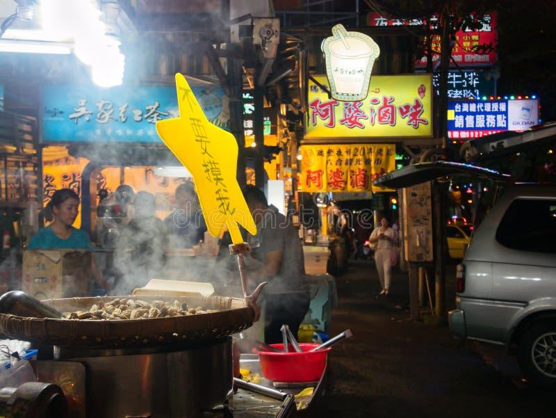 Arachides étant rôties en cuisant la grande casserole à la vapeur au marché de nuit de RuiFeng image libre de droits