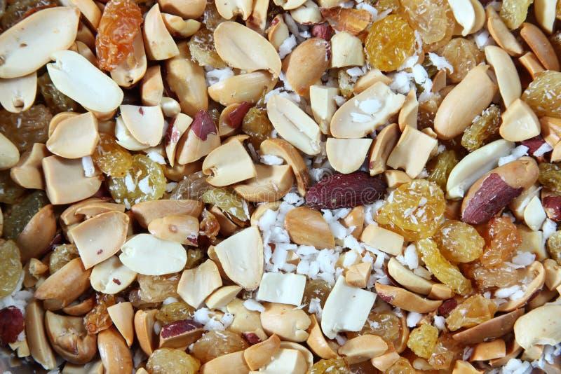 Arachides avec le raisin sec et la noix de coco photos libres de droits