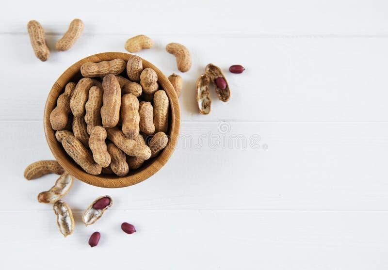 Arachides dans la coquille de noix photo libre de droits