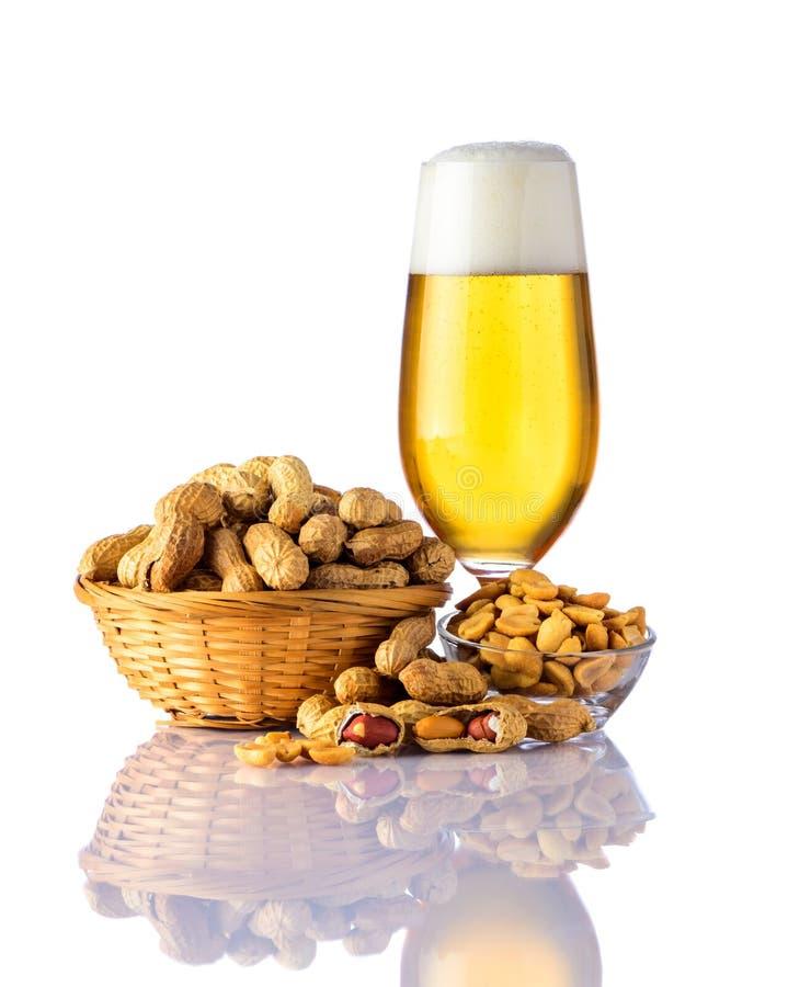 Arachides et bière en verre photo stock