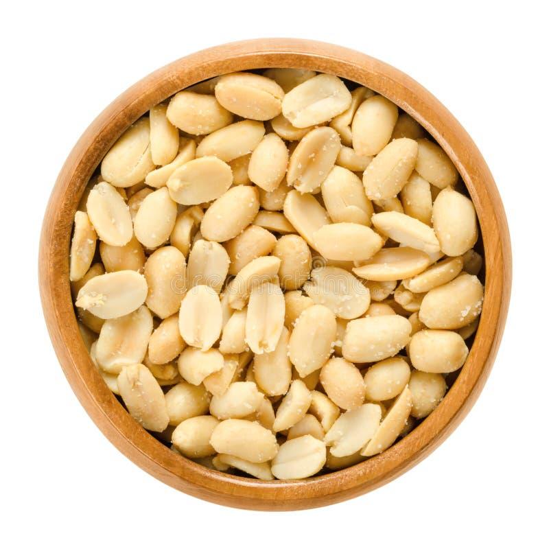 Arachidi, arrostite e salate, in ciotola di legno, sopra bianco fotografia stock libera da diritti