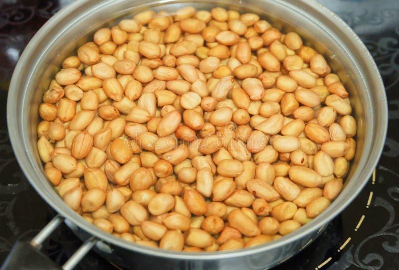 Arachidi che friggono nel grasso bollente in olio d'ebollizione di A fotografia stock libera da diritti