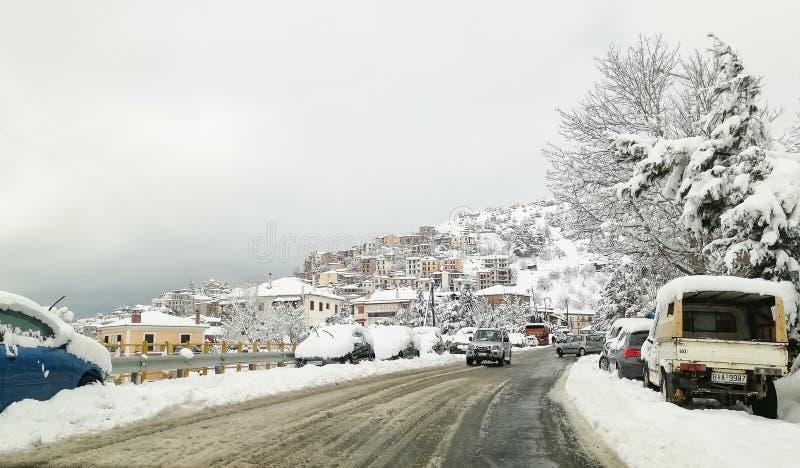 Arachova stad i Delphi moutains fotografering för bildbyråer