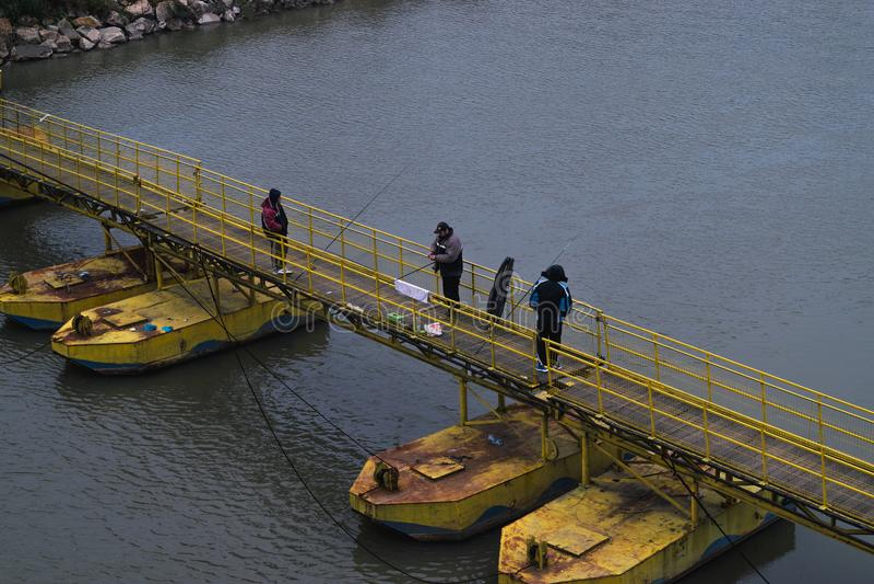 """ARAD, †de ROMÊNIA """"18 de dezembro de 2015: Homens não identificados que pescam em Romênia fotografia de stock"""
