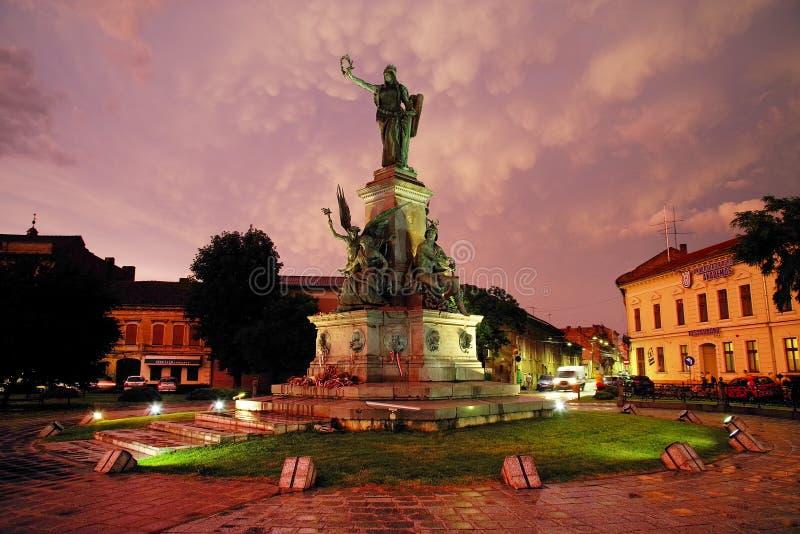 ARAD, ROMÊNIA, O 28 DE JUNHO DE 2019: A estátua da liberdade do parque da reconciliação de Arad sob nuvens tormentosos estranhas imagens de stock