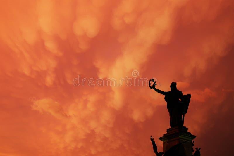 ARAD, ROUMANIE, LE 28 JUIN 2019 : La statue de la liberté du parc de réconciliation d'Arad sous les nuages orageux étranges images libres de droits