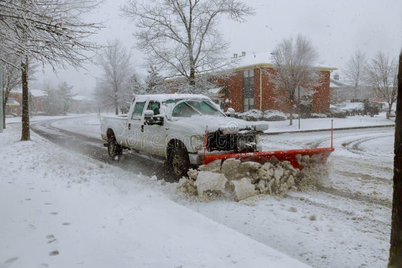 Arado de neve que remove a neve da rua fotografia de stock