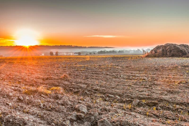 Arado después de cosechar un campo cerca de Kiev, Ucrania fotos de archivo