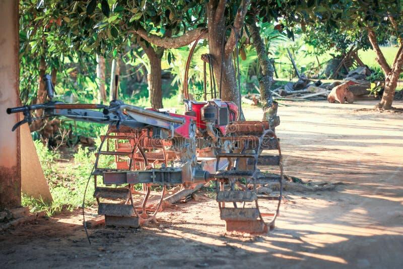 Arado velho da roda no jardim fotos de stock royalty free