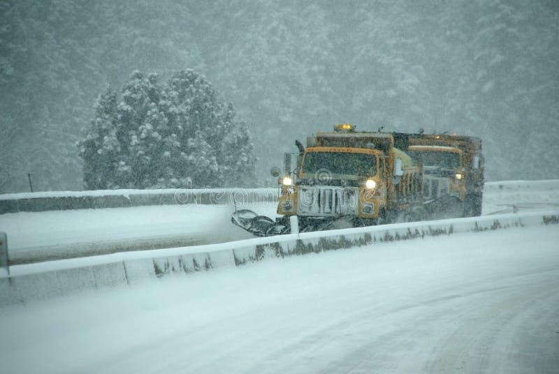 Arados de nieve que borran la carretera imagenes de archivo
