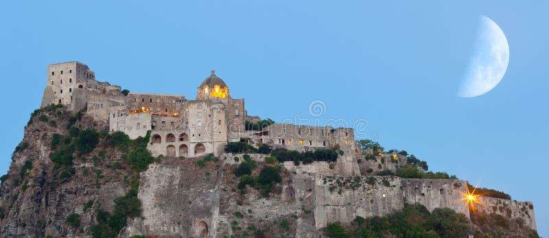 Aragonese Castle στο νησί ισχίων τή νύχτα στοκ εικόνα