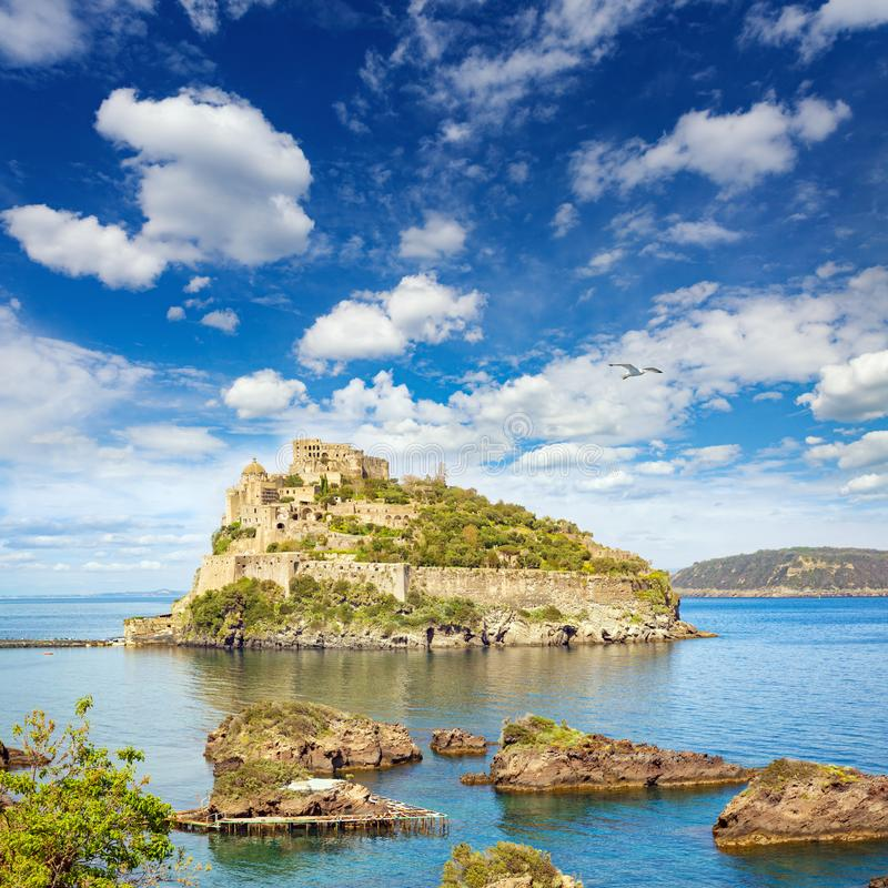 Aragonese kasztel jest najwięcej odwiedzonego punktu zwrotnego blisko Ischia wyspy, Ja obrazy royalty free