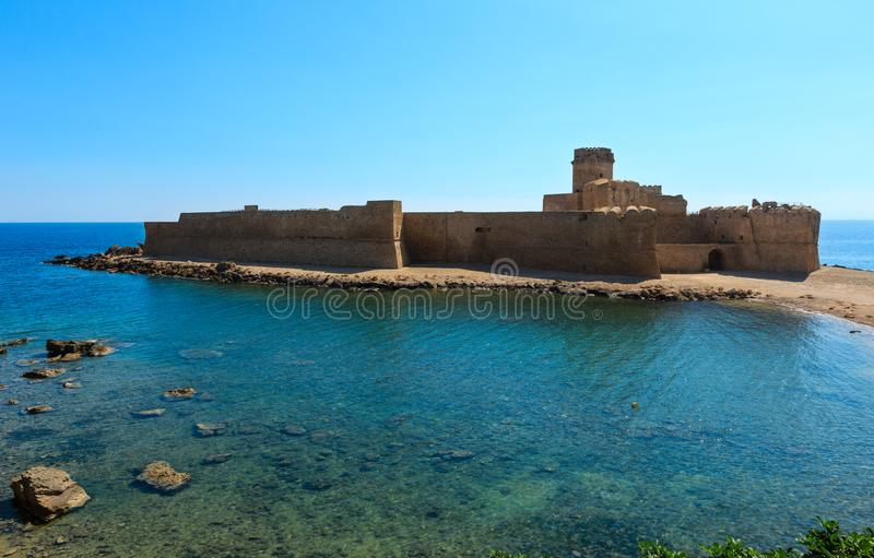 Aragonese slott av Le Castella, Calabria, Italien royaltyfria bilder