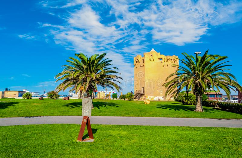 Aragonese torn i den Porto Torres hamnen i en solig dag - Sardinia royaltyfri bild