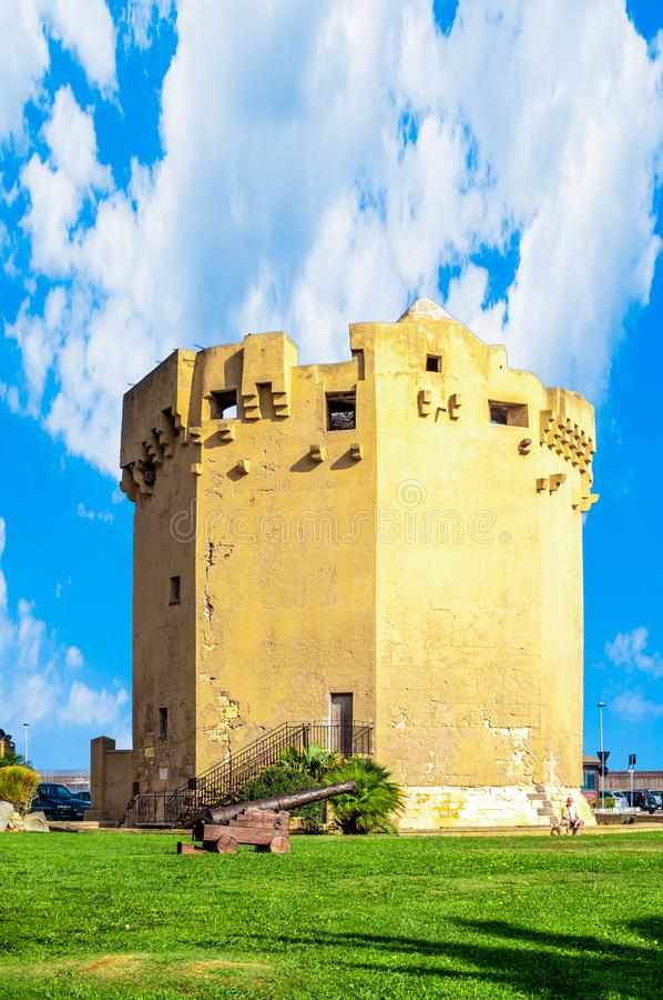 Aragonese torn i den Porto Torres hamnen i en solig dag - Sardinia royaltyfri foto