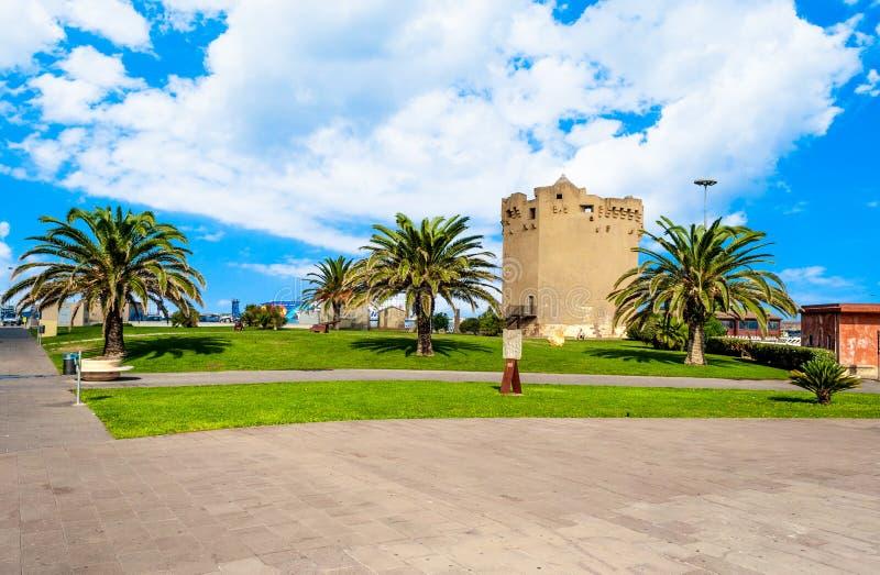 Aragonese torn i den Porto Torres hamnen i en solig dag - Sardinia arkivbilder