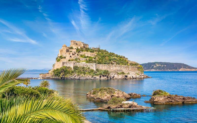 Aragonesekasteel in overzees dichtbij Ischia eiland, Italië wordt gevestigd dat stock afbeelding