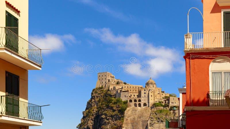 Aragonien-Schlossansicht in die Insel von Ischia stockbilder