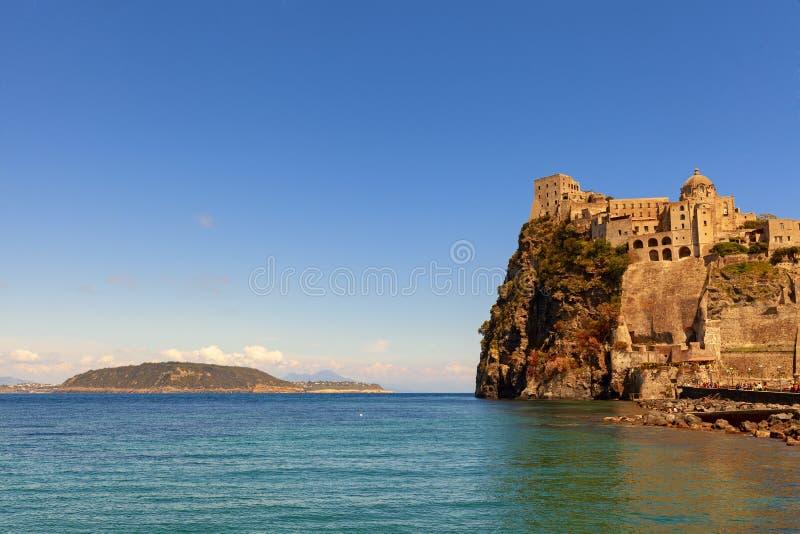 Aragonien-Schlossansicht in die Insel von Ischia stockbild