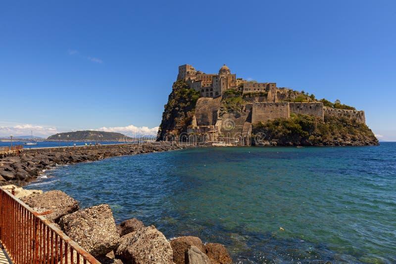 Aragonien-Schlossansicht in die Insel von Ischia lizenzfreie stockbilder