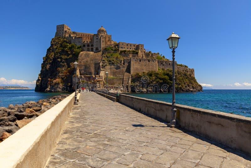 Aragonien-Schlossansicht in die Insel von Ischia stockfotos