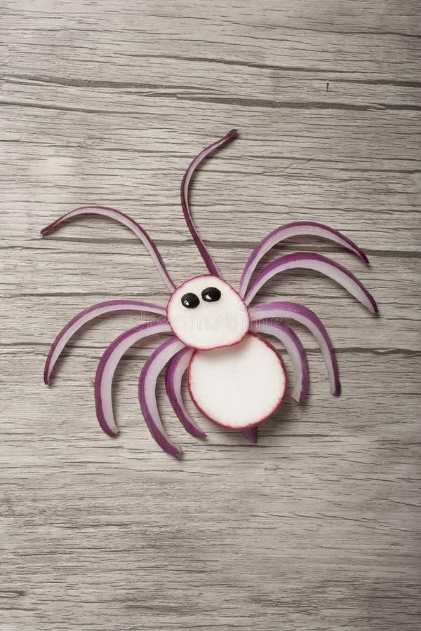 Araignée amusante faite de radis et d'oignon à bord photographie stock