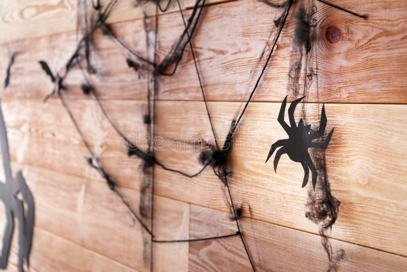 Araignée avec le Web comme décor pour la partie de Halloween sur le mur en bois image libre de droits