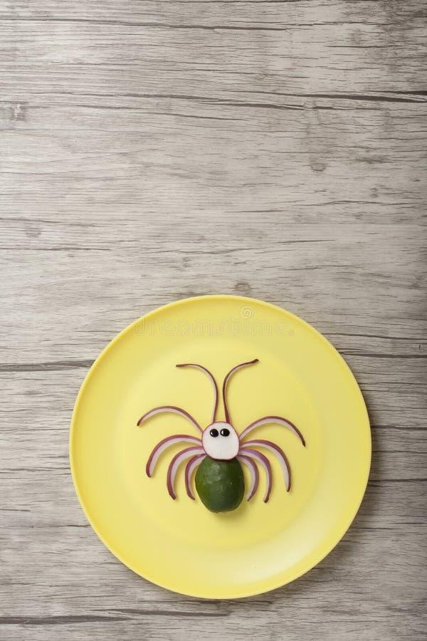 Araignée de légumes sur plaque et planche jaunes photo libre de droits